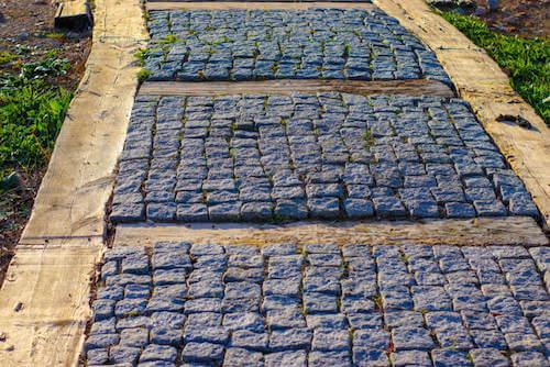 pietre e legno per stradina in giardino