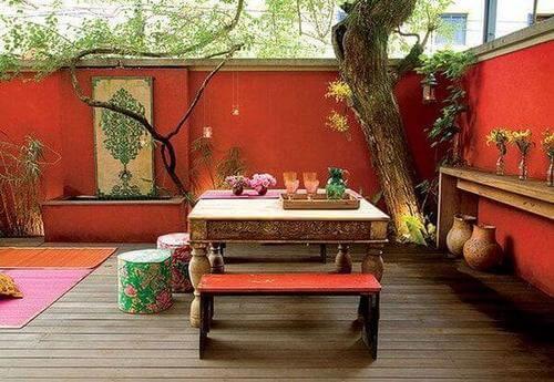 Colore cortile interno: cortile rosso con mobili esotici.
