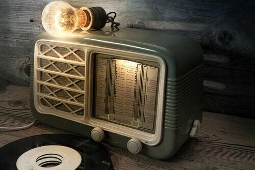 Tra le apparecchiature musicali vintage la radio a valvole è una delle più usate.