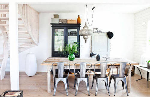 Sala da pranzo con sedie in acciaio