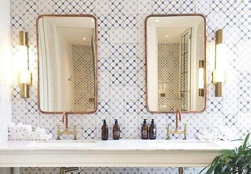Specchi dorati in bagno e abbinamenti di colori