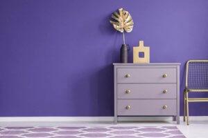 Tappeto lilla e parete viola con comò