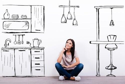 Donna seduta che immagina di arredare casa