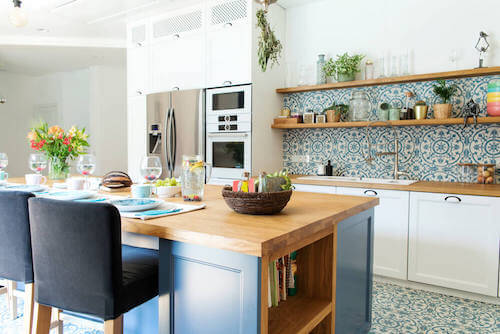 Cucina con tavolo e sedie in stile mediterraneo