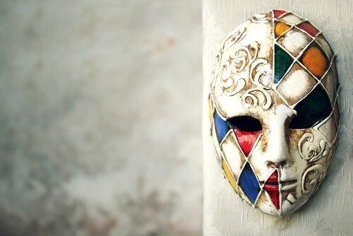Decorare con le maschere