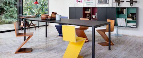 sedie colorate con tavolo