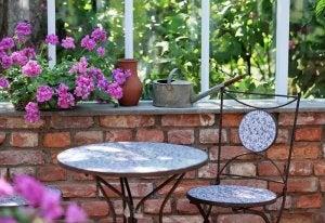 Arredare un giardino esterno in modo romantico