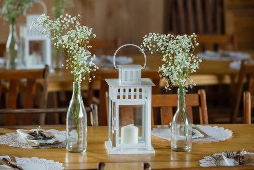Lanterne bianche sulla tavola