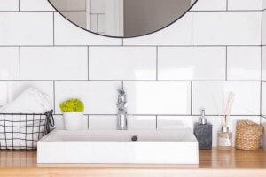 Oggetti da bagno ordinati intorno al lavabo