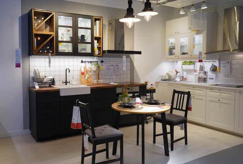 Tavolo sedie lavabo e piano di lavoro in cucina