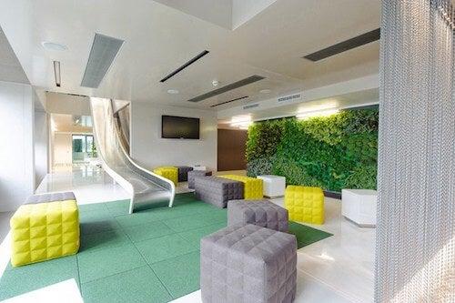 Sala con scivolo pouf e giardino verticale
