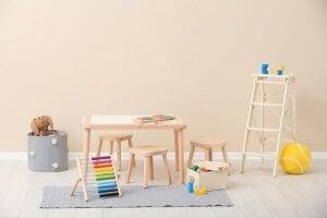 Sgabelli, tavolino e giocattoli