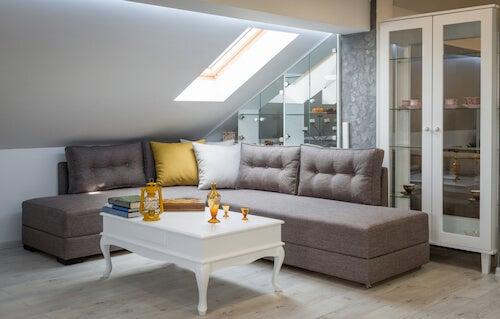 Mansarda ordinata con divano e tavolino