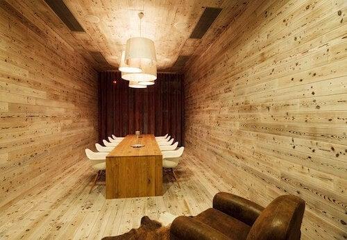 Ufficio con tavolo pavimenti e pareti in legno