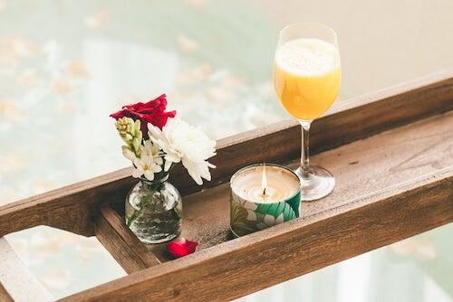 vassoio con candela fiori e drink per vasca da bagno