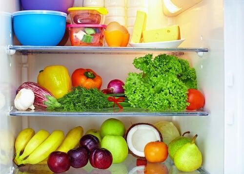 frutta verdure e alimenti ordinati in frigorifero
