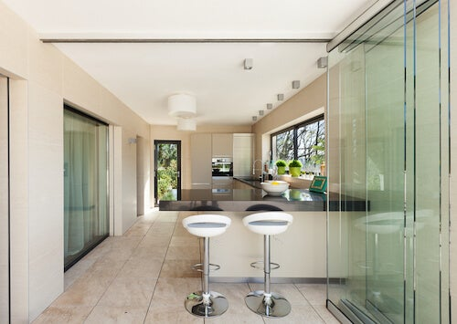 cucina con porta scorrevole in vetro