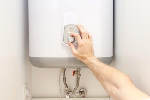 mano che regola la temperatura di uno scaldabagno