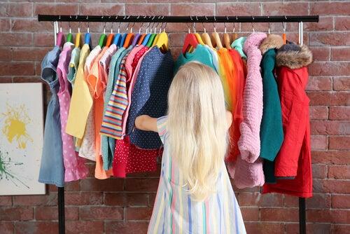 Bambina che sceglie vestiti
