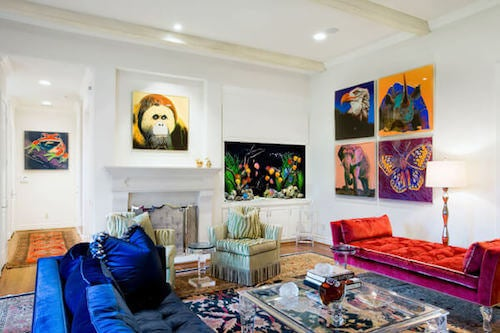 salone con quadri e divani colorati