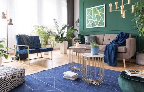 salotto con poltrona tappeti e pareti colorate