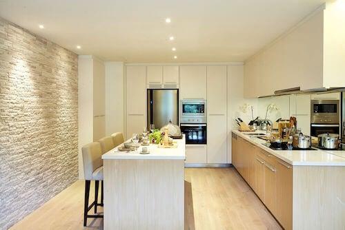 cucina in bianco faretti illuminazione
