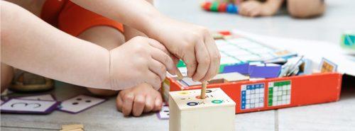 Metodo Montessori: bambino che gioca nella sua cameretta