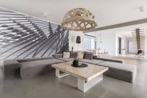 salotto con divano color grigio e tavolino