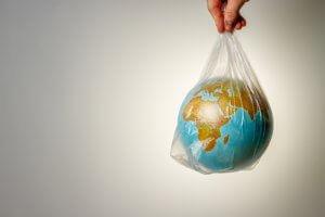 Pianeta avvolto in un sacchetto di plastica inquinante