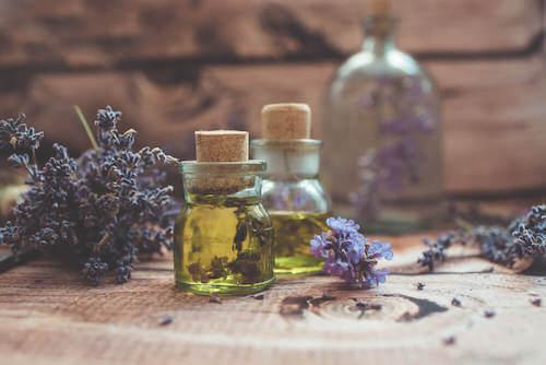 vasetto di olio essenziale e fiori di lavanda