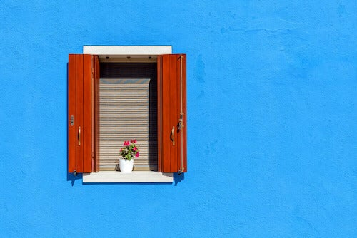 finestra su parete blu
