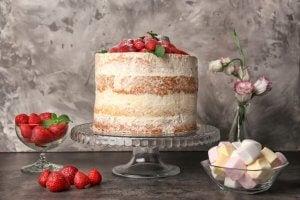 Porta torte classico con fragole e marshmellow