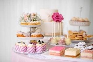 Porta torte a più piani con cupcakes