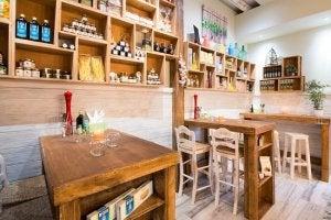 Ristorante con tavoli e sedie in legno