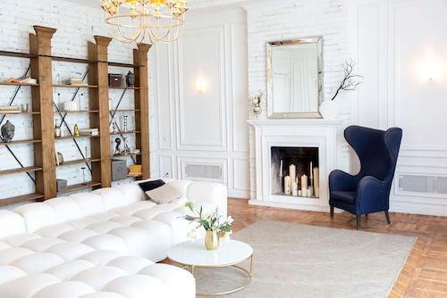 decorare per il segno zodiacale: salone con pareti e mobili bianchi