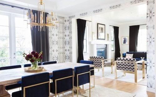 soggiorno e sala da pranzo con mobili in stile Hollywood regency