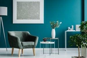 Salone arredato con i toni del verde e dell'azzurro