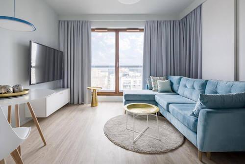 soggiorno con divano televisione e finestra