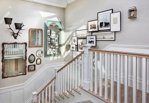 Decorare le scale con quadri e specchi
