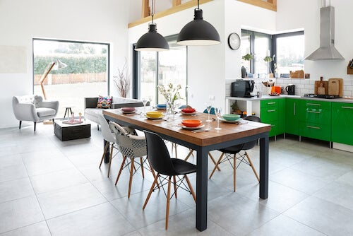 decorare la cucina in base al segno zodiacalecon tavolo e sedie in stile industriale
