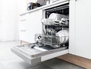 I vantaggi di lavare i piatti con la lavastoviglie