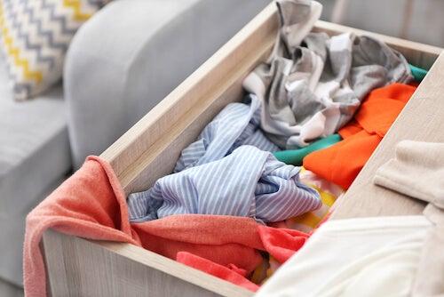 vestiti in disordine in una cassetto