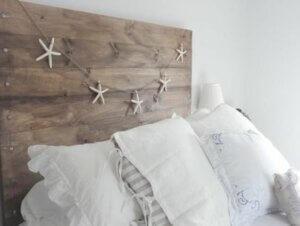 Testiera del letto decorata con ghirlanda di stelle.