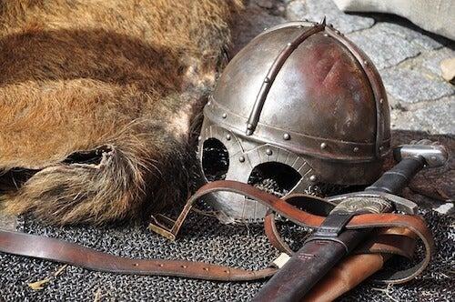 elmo spada e maglia di ferro medioevali