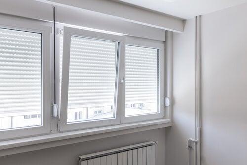 finestra e persiane bianche