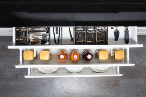Cassetto da cucina ordinato