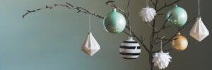 Palle di Natale con colori neutri.