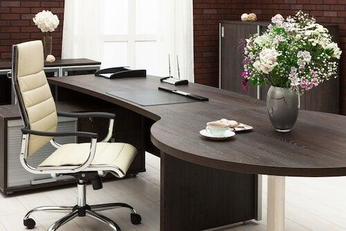 sedia in pelle e tavolo in legno marrone
