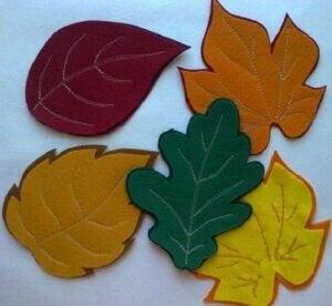 Sottobicchieri ispirati all'autunno in feltro a forma di foglie.