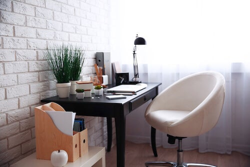 angolo ufficio a casa con lampada e piante